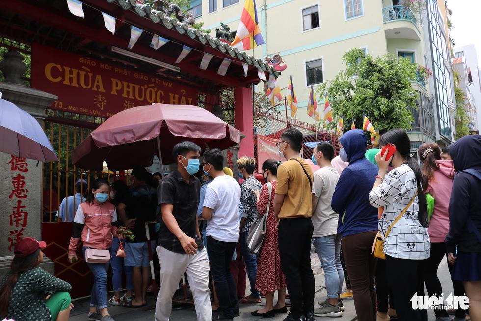 Người dân Sài Gòn xếp hàng, đeo khẩu trang dưới trời nắng nóng chờ lễ Phật - Ảnh 2.