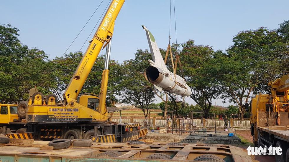 Máy bay, xe tăng rời bảo tàng đi trên phố đêm ở Huế đến địa điểm mới - Ảnh 2.