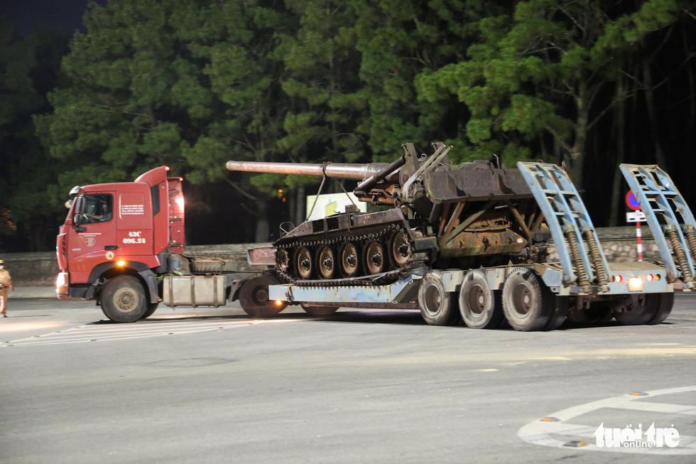 Máy bay, xe tăng rời bảo tàng đi trên phố đêm ở Huế đến địa điểm mới - Ảnh 12.