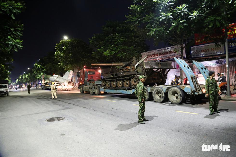 Máy bay, xe tăng rời bảo tàng đi trên phố đêm ở Huế đến địa điểm mới - Ảnh 13.