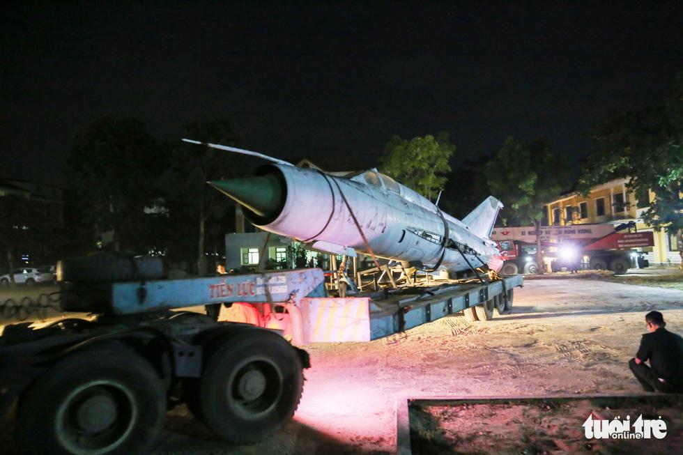 Máy bay, xe tăng rời bảo tàng đi trên phố đêm ở Huế đến địa điểm mới - Ảnh 14.