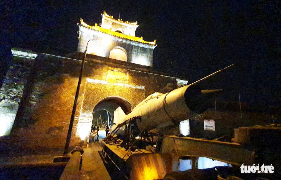 Máy bay, xe tăng rời bảo tàng đi trên phố đêm ở Huế đến địa điểm mới - Ảnh 9.
