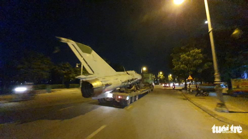 Máy bay, xe tăng rời bảo tàng đi trên phố đêm ở Huế đến địa điểm mới - Ảnh 10.