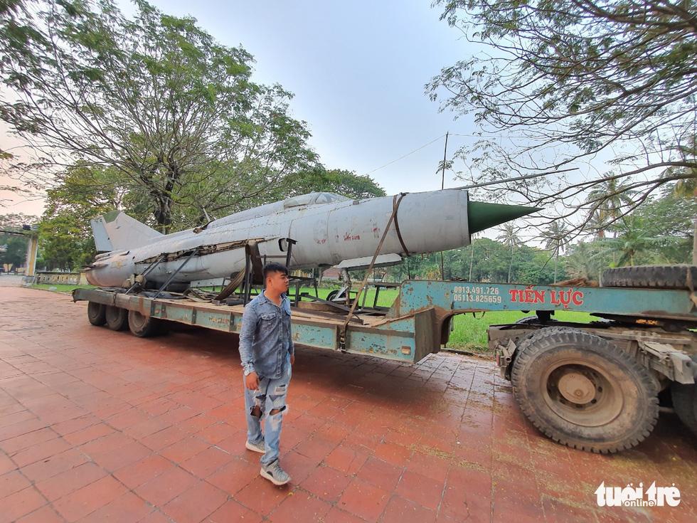 Máy bay, xe tăng rời bảo tàng đi trên phố đêm ở Huế đến địa điểm mới - Ảnh 4.