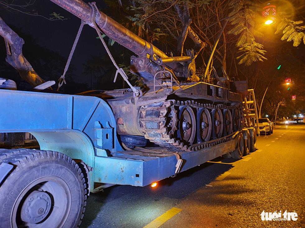Máy bay, xe tăng rời bảo tàng đi trên phố đêm ở Huế đến địa điểm mới - Ảnh 11.