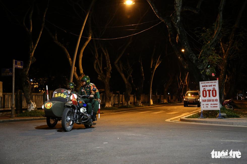 Máy bay, xe tăng rời bảo tàng đi trên phố đêm ở Huế đến địa điểm mới - Ảnh 6.