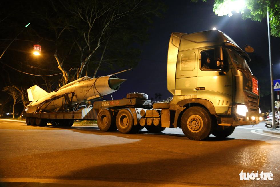Máy bay, xe tăng rời bảo tàng đi trên phố đêm ở Huế đến địa điểm mới - Ảnh 7.
