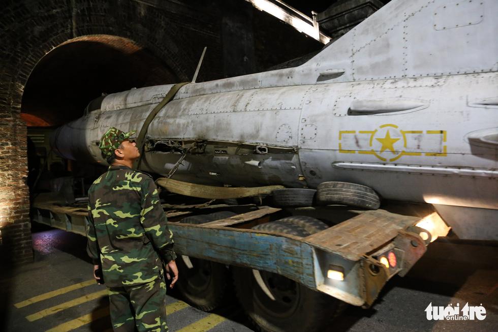 Máy bay, xe tăng rời bảo tàng đi trên phố đêm ở Huế đến địa điểm mới - Ảnh 8.