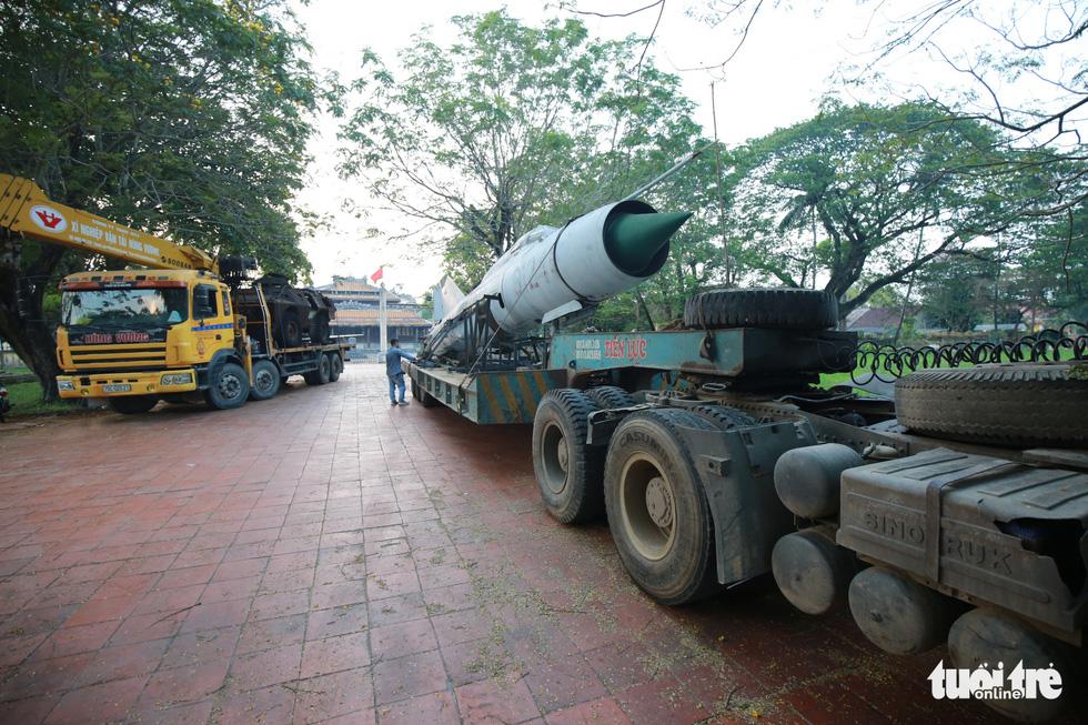 Máy bay, xe tăng rời bảo tàng đi trên phố đêm ở Huế đến địa điểm mới - Ảnh 3.