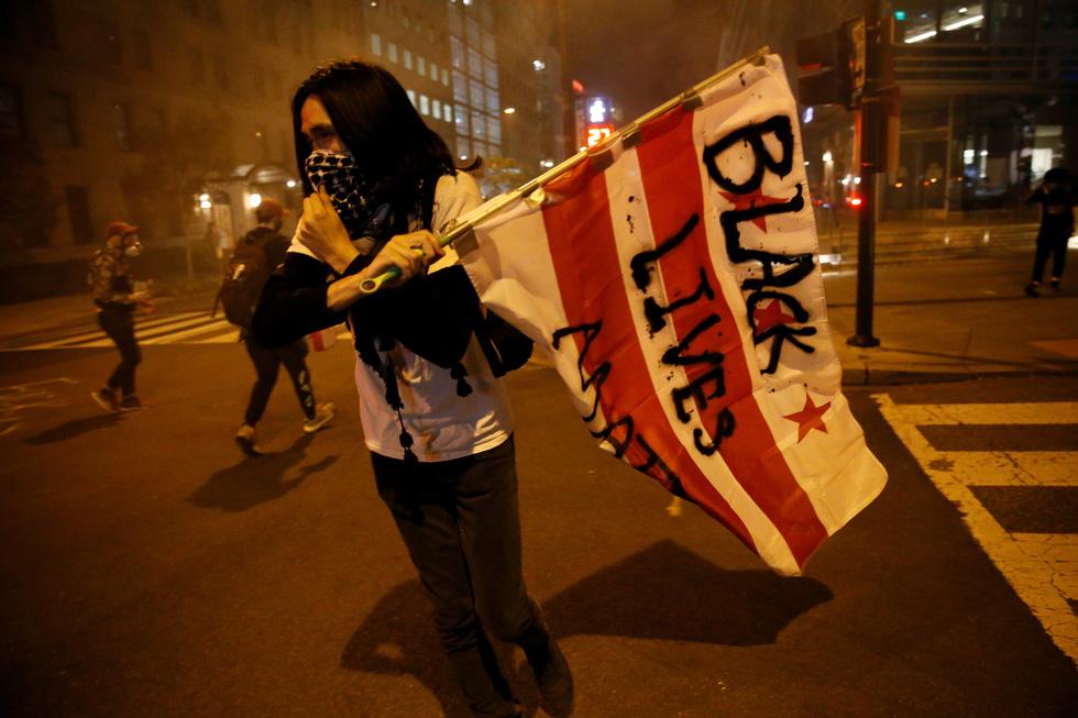 Nước Mỹ những đêm chìm trong bạo loạn - Ảnh 2.