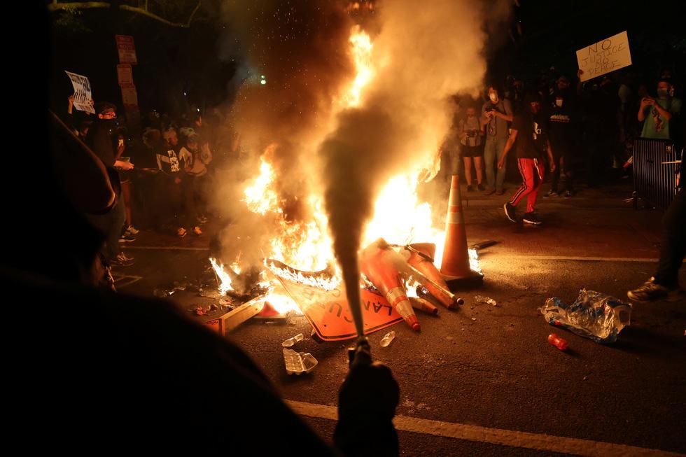 Nước Mỹ những đêm chìm trong bạo loạn - Ảnh 4.