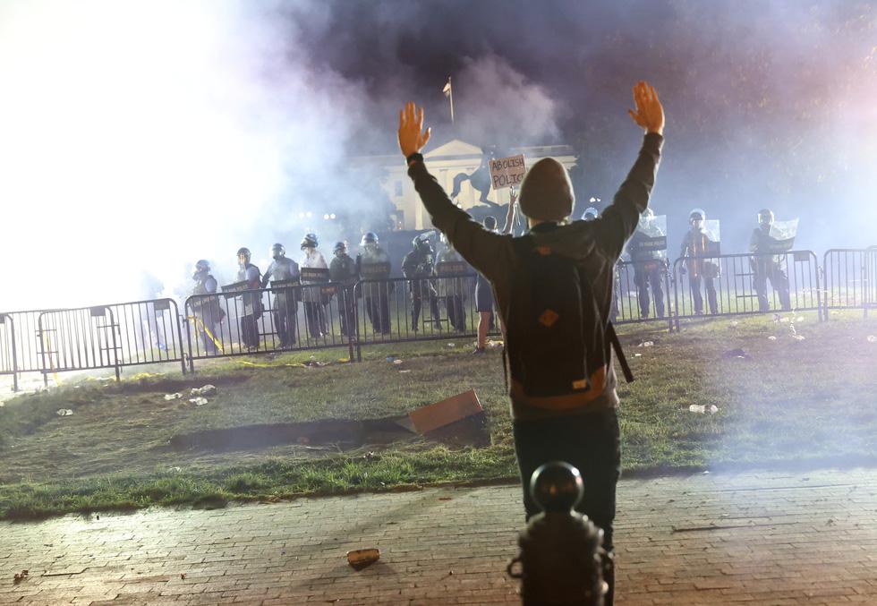 Nước Mỹ những đêm chìm trong bạo loạn - Ảnh 10.