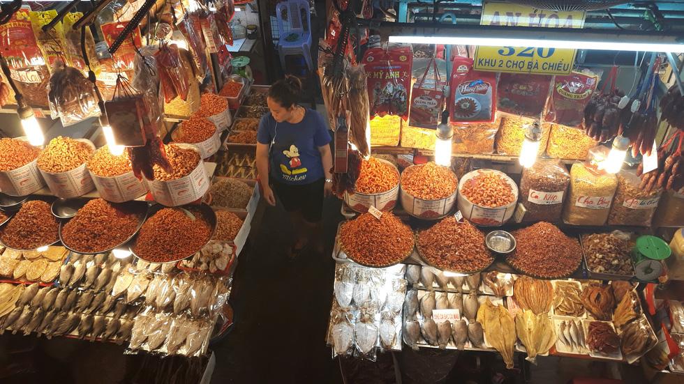 Tiểu thương chợ Sài Gòn tậu máy POS cà thẻ, xài ví điện tử - Ảnh 2.