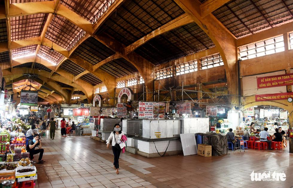 Sạp hàng đóng cửa vì không có khách nước ngoài, chợ Bến Thành đìu hiu - Ảnh 1.