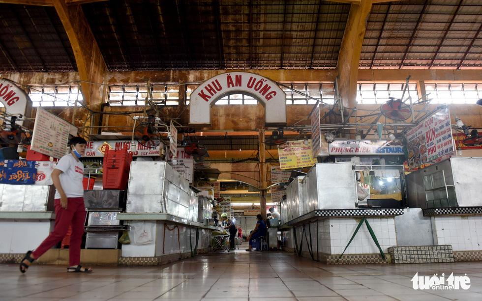 Sạp hàng đóng cửa vì không có khách nước ngoài, chợ Bến Thành đìu hiu - Ảnh 3.
