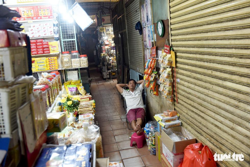 Sạp hàng đóng cửa vì không có khách nước ngoài, chợ Bến Thành đìu hiu - Ảnh 4.