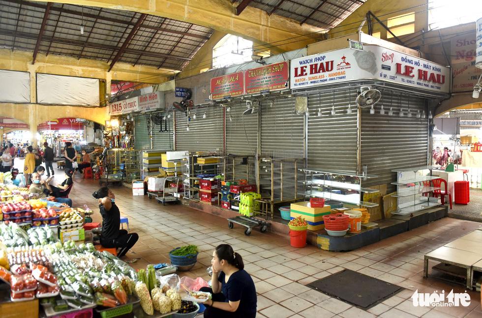 Sạp hàng đóng cửa vì không có khách nước ngoài, chợ Bến Thành đìu hiu - Ảnh 5.