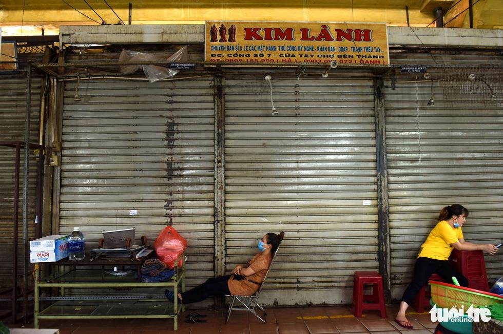 Sạp hàng đóng cửa vì không có khách nước ngoài, chợ Bến Thành đìu hiu - Ảnh 9.
