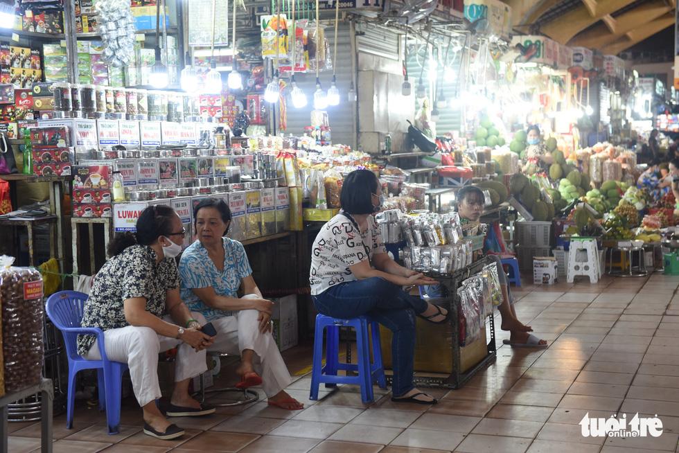 Sạp hàng đóng cửa vì không có khách nước ngoài, chợ Bến Thành đìu hiu - Ảnh 2.