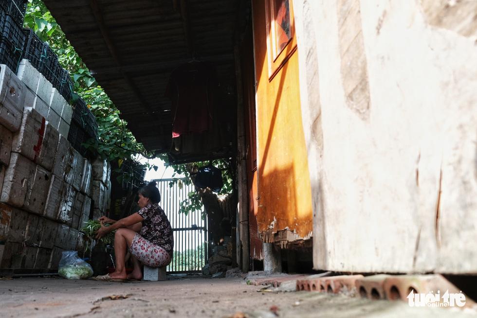 Nắng nóng đỉnh điểm vẫn không dám bật quạt ở xóm ngụ cư nghèo - Ảnh 2.