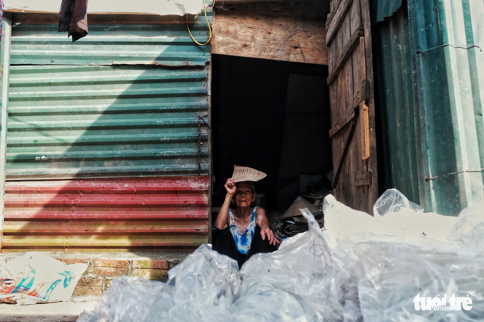 Nắng nóng đỉnh điểm vẫn không dám bật quạt ở xóm ngụ cư nghèo - Ảnh 1.