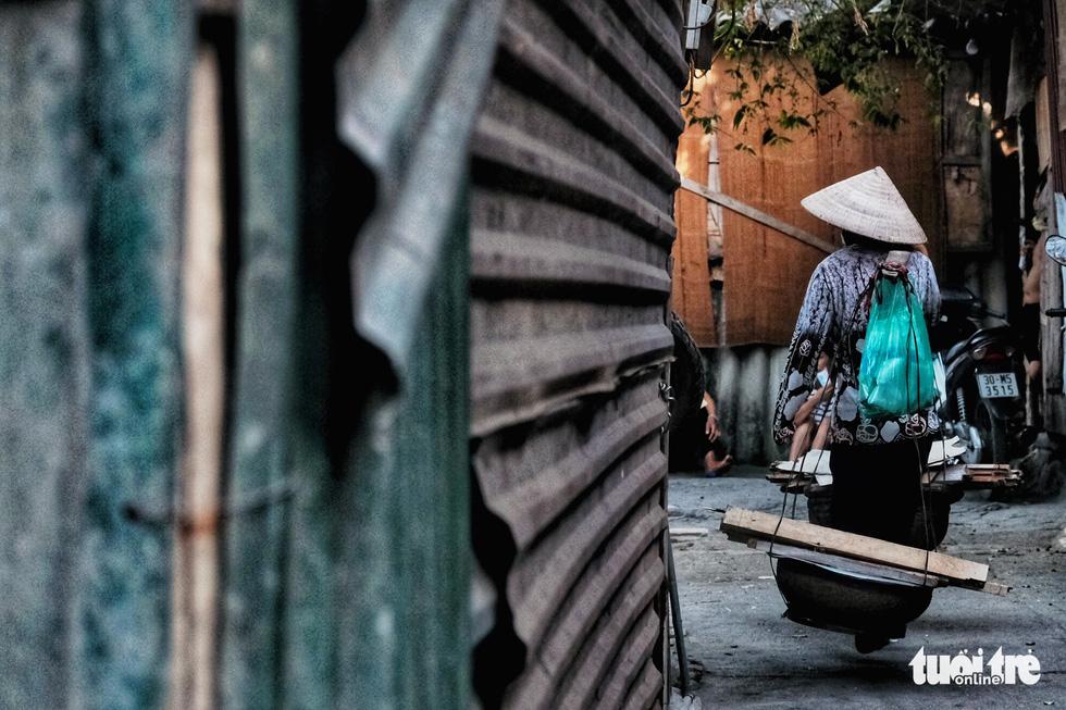 Nắng nóng đỉnh điểm vẫn không dám bật quạt ở xóm ngụ cư nghèo - Ảnh 3.