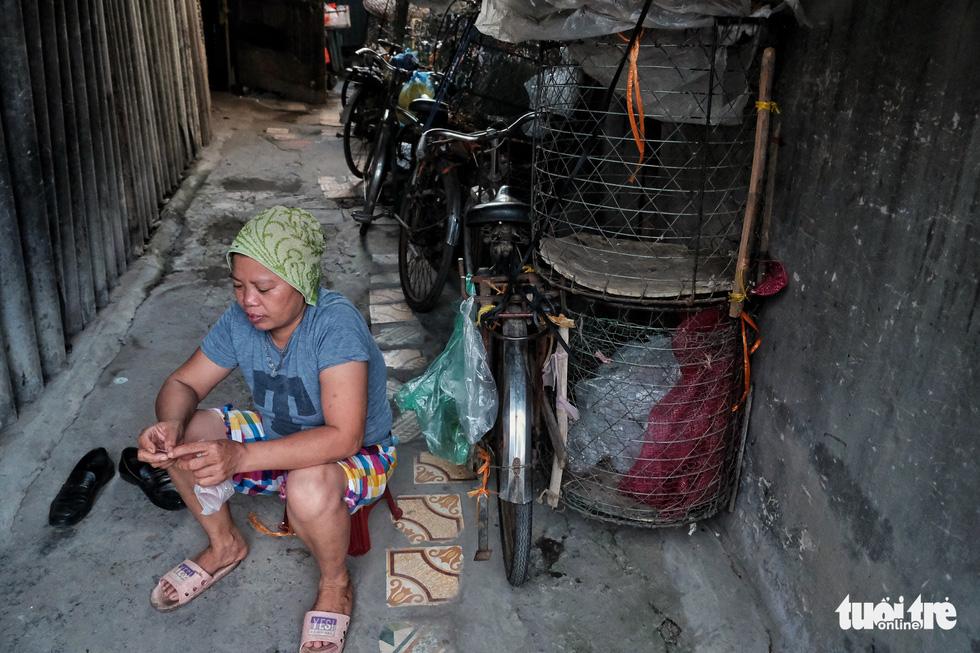 Nắng nóng đỉnh điểm vẫn không dám bật quạt ở xóm ngụ cư nghèo - Ảnh 6.