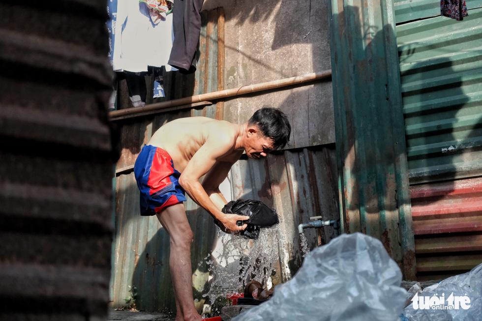 Nắng nóng đỉnh điểm vẫn không dám bật quạt ở xóm ngụ cư nghèo - Ảnh 10.