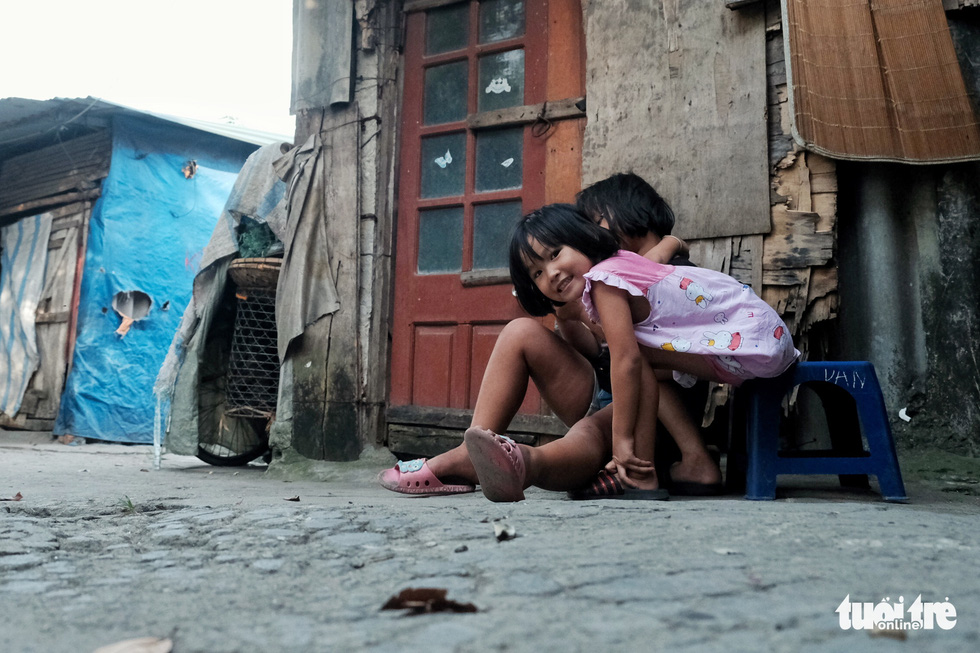 Nắng nóng đỉnh điểm vẫn không dám bật quạt ở xóm ngụ cư nghèo - Ảnh 9.