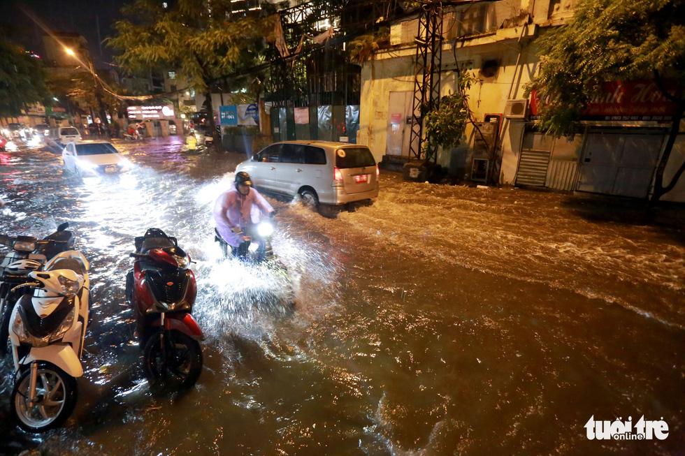 Đường Hà Nội mênh mông nước sau cơn mưa vàng giải nhiệt - Ảnh 1.