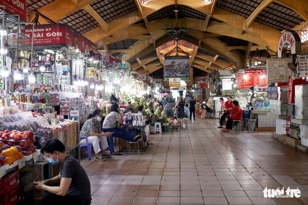 Sạp hàng đóng cửa vì không có khách nước ngoài, chợ Bến Thành đìu hiu - Ảnh 11.