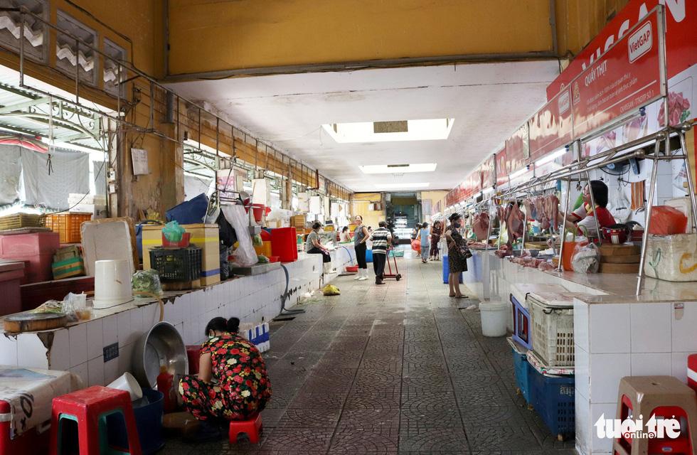 Sạp hàng đóng cửa vì không có khách nước ngoài, chợ Bến Thành đìu hiu - Ảnh 12.
