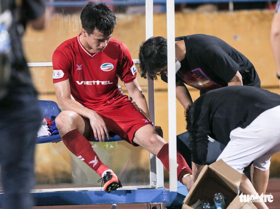 Hoàng Đức nén đau thi đấu, ông Park yêu cầu bác sĩ kiểm tra chấn thương ngay - Ảnh 2.