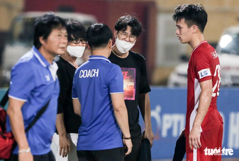 Hoàng Đức nén đau thi đấu, ông Park yêu cầu bác sĩ kiểm tra chấn thương ngay - Ảnh 1.