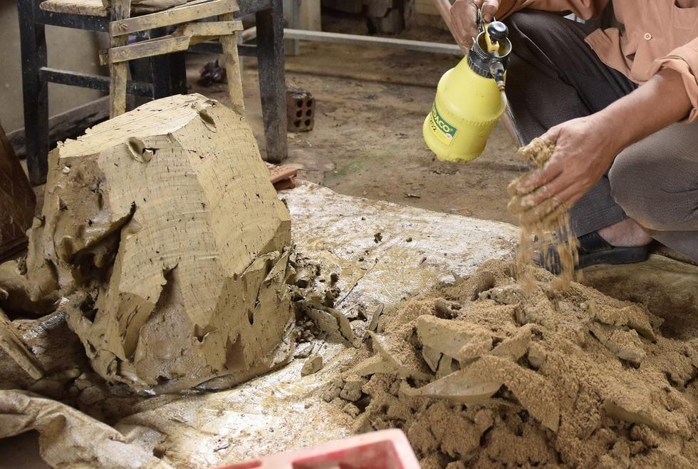 Làm bình khổng lồ ở làng gốm 500 tuổi - Ảnh 2.