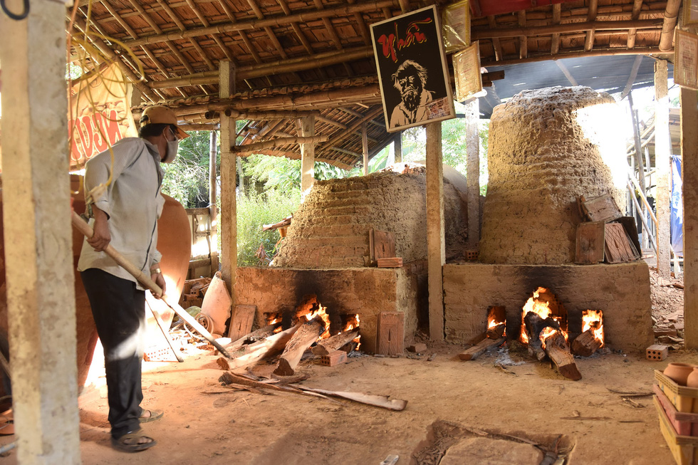 Làm bình khổng lồ ở làng gốm 500 tuổi - Ảnh 4.