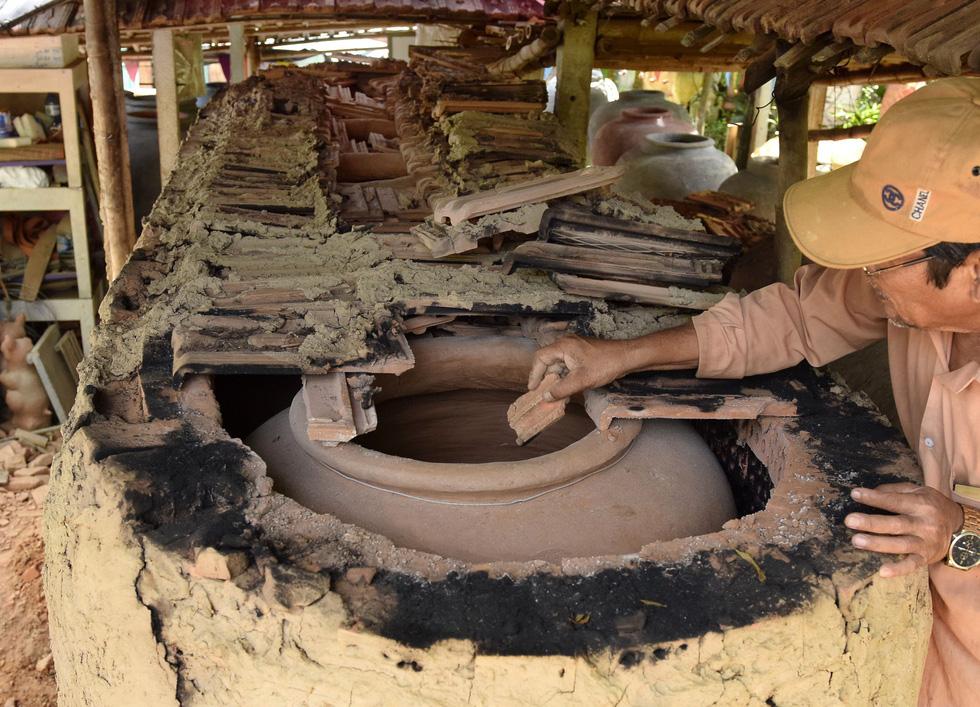 Làm bình khổng lồ ở làng gốm 500 tuổi - Ảnh 6.