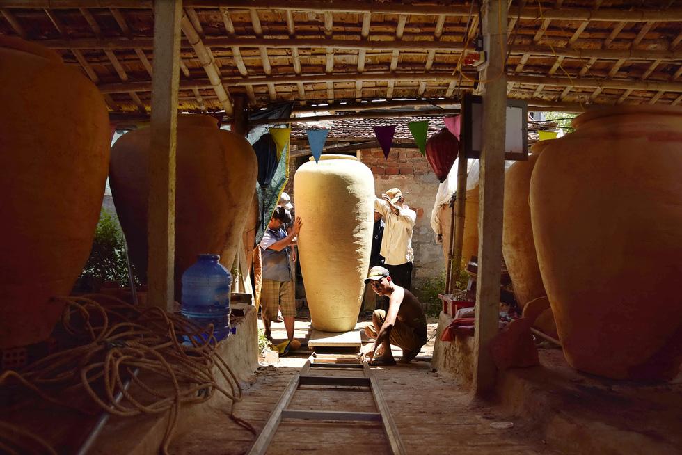 Làm bình khổng lồ ở làng gốm 500 tuổi - Ảnh 1.