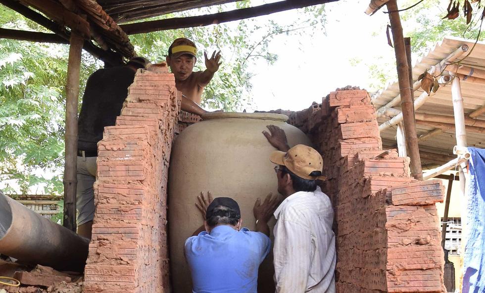 Làm bình khổng lồ ở làng gốm 500 tuổi - Ảnh 7.