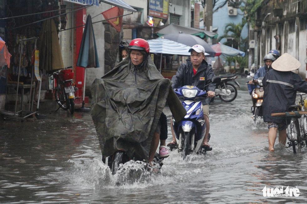 Sau mưa lớn, nhiều tuyến đường tại TP.HCM lại ngập sâu - Ảnh 2.