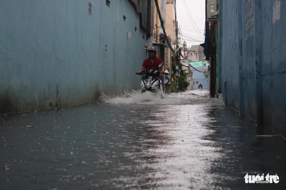 Sau mưa lớn, nhiều tuyến đường tại TP.HCM lại ngập sâu - Ảnh 8.