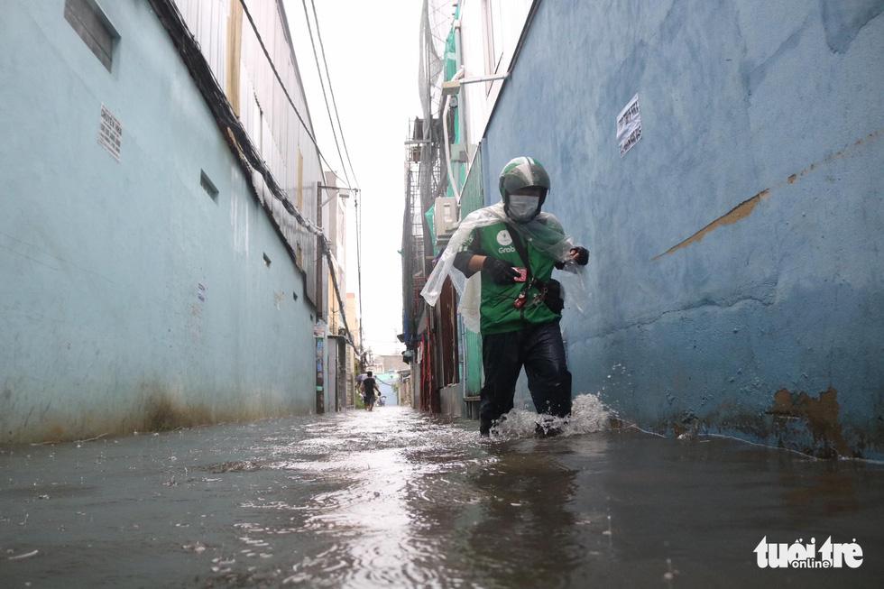 Sau mưa lớn, nhiều tuyến đường tại TP.HCM lại ngập sâu - Ảnh 4.