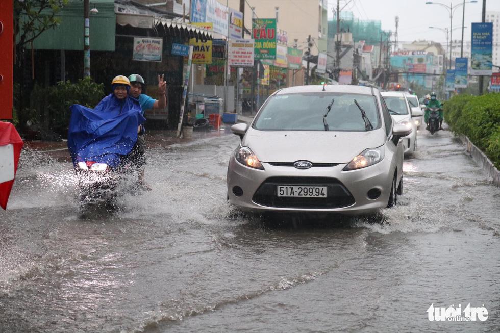 Sau mưa lớn, nhiều tuyến đường tại TP.HCM lại ngập sâu - Ảnh 5.