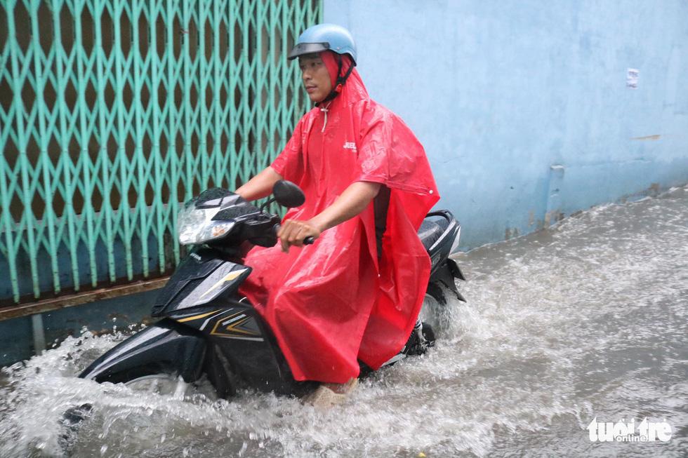 Sau mưa lớn, nhiều tuyến đường tại TP.HCM lại ngập sâu - Ảnh 1.