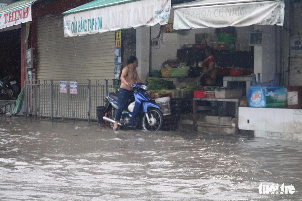 Sau mưa lớn, nhiều tuyến đường tại TP.HCM lại ngập sâu - Ảnh 6.