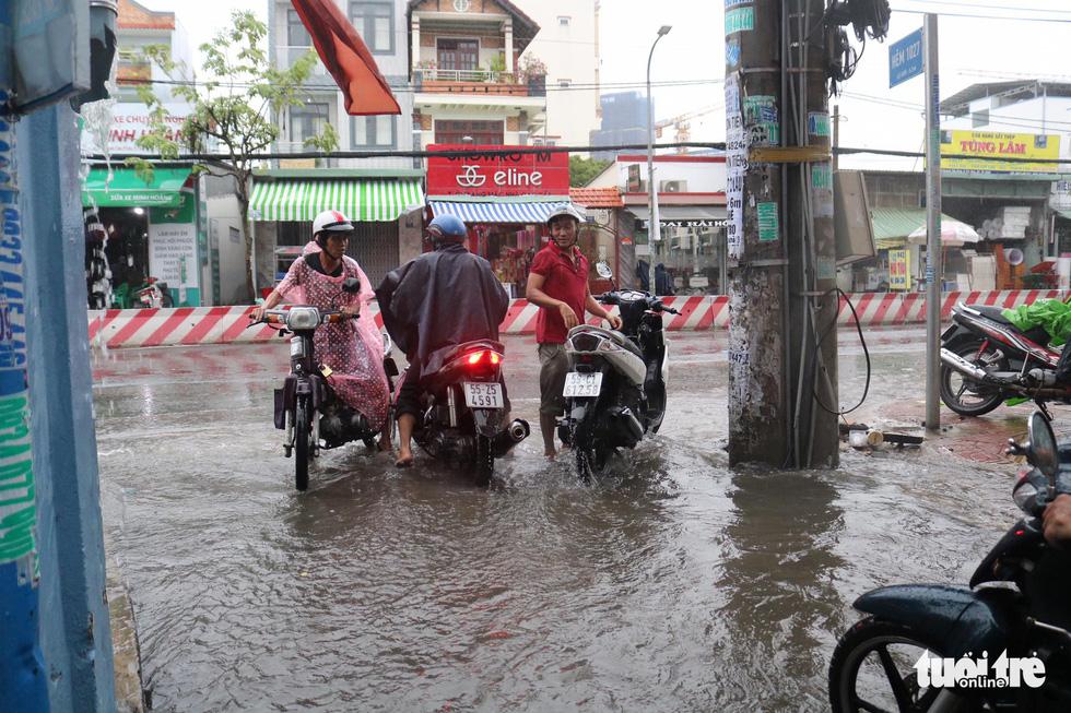 Sau mưa lớn, nhiều tuyến đường tại TP.HCM lại ngập sâu - Ảnh 3.