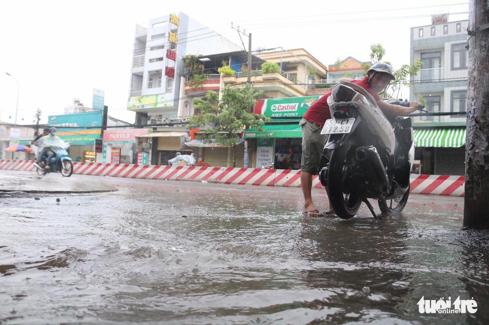 Sau mưa lớn, nhiều tuyến đường tại TP.HCM lại ngập sâu - Ảnh 7.