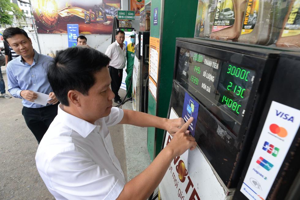 Phó thống đốc đi dán nhãn Thanh toán không tiền mặt cho nhiều điểm bán hàng - Ảnh 10.