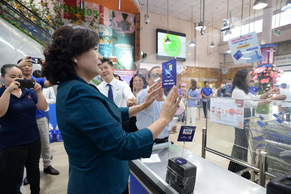 Phó thống đốc đi dán nhãn Thanh toán không tiền mặt cho nhiều điểm bán hàng - Ảnh 1.