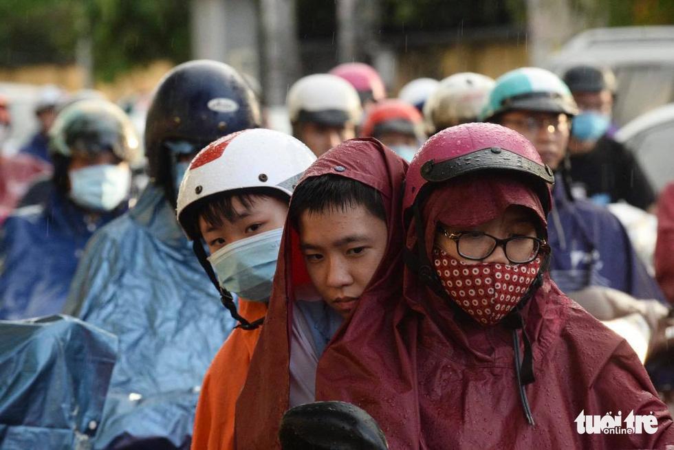 Người người đang bị chôn chân trên đường Sài Gòn sau mưa lớn chiều 16-6 - Ảnh 4.